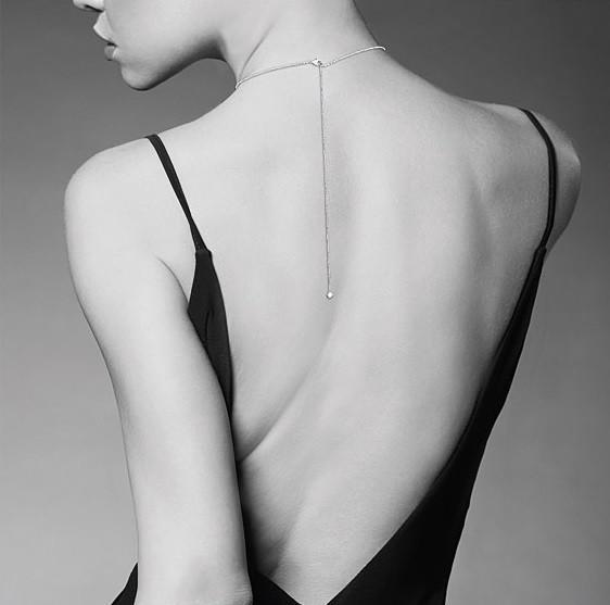 collier femme nue